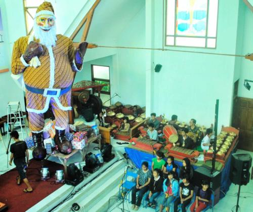 Patung Sinterklas di GKJ Wonosari saat Natal 2013